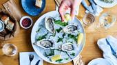 østers med hånd.jpg